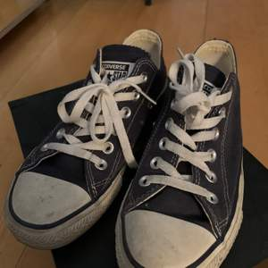 Blå ÄKTA converse i storlek 39💖 Säljer pga lite användning! Använda under en sommar men hyfsat skick!! Kommer såklart tvätta dom innan köpet💖Kan mötas annars betalar du frakten!!💖