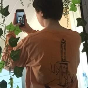 """Orange urtvättad tröja med texten """"over kill"""". Köpt här ifrån plick men kommer från carlings."""