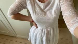 Säljer denna exklusiva (first line) klänningen, i skicket som helt ny! St M , men skulle säga att den är mer S/M🌷 Perfekt till studenten eller bara till en varm sommarkväll, hör av dig vid intresse! Nypris 700kr