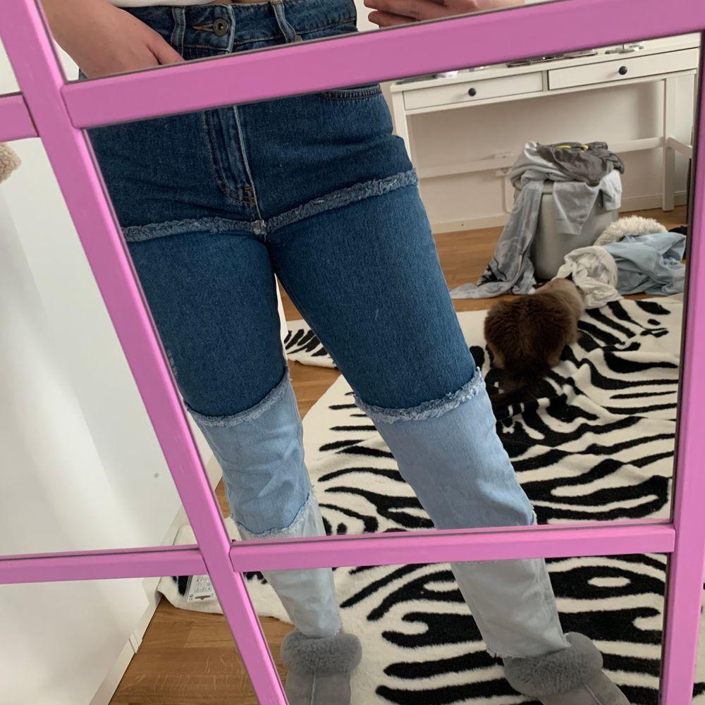 Jeans med olika färger av jeans. Använda två gånger. Köpare står för frakt. . Jeans & Byxor.