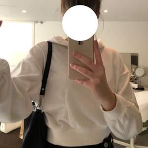 En snygg vit hoodie med luva, kort i modellen. Frakt tillkommer💕🙌🏼