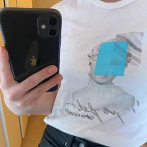 Vit T-shirt med coolt tryck, köpt i polen för nåt år sedan, men inte kommit till användning av mig 💖