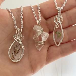 Hjälper min syster att sälja sina handgjorda smycken med äkta stenar, massvis med andra designer än de på bild finns. Alla smycken är unika. Kontakta mig vid intresse ✨ Hennes instagram: @viradesignsweden💫