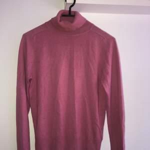 Rosa polotröja från NAKD. Storlek XXS men passar en storlek XS lika bra!! Köpare står för frakten
