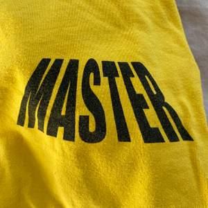 Egen croppad långärmad tröja från carlings i senapsgul   strl S   tryck på bröst och arm   frakt tillkommer