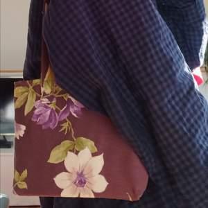 Så söt liten tygpåse. Fått i present någon gång. Super bra skick! Perfekt som liten axel väska till tex böcker eller mobil, nycklar etc. Köpare står för frakt!