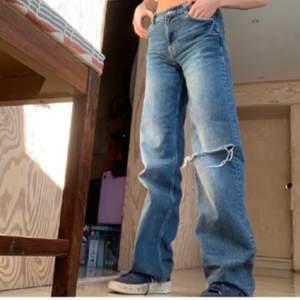 Jens från zara som är mid waist . De är ganska långa på mig som är 170 men man kan klippa de efter längd. Skulle passa nån upp till 178 i längd. De är i bra skick. Lånade bilder skriv för egna💗💗💗 bud 370