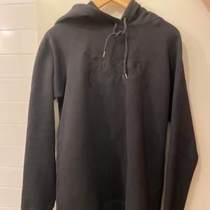 Helt ny oanvänd hoodie gen tiger of sweden, passar både tjejer och killar. Storlek S men passar en M också. Nypris ca 1300kr