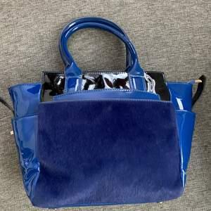 Blå läder hand väska med blå päls