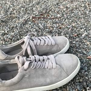Fina gråa knyt sneakers. Nästan helt oanvända. Inga tydliga täcken på slitage.