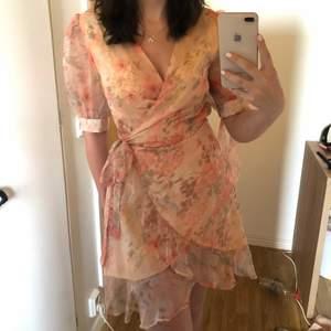 Somrig justerbar klänning i storlek 36 så den funkar nog för storlek 34-38!