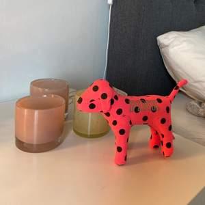 Säljer denna Pink hunden som är köpt på Pink i london. Superfin prydnad