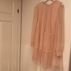 Superfin rosa klänning med mesh och prickar, bild två är ryggen