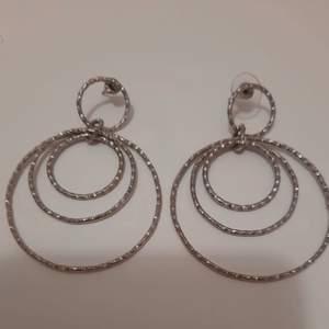 Silver örhänge från glitter