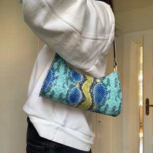 Väskan är köpt på plick, använd en gång därför nyskick! Säljer för tycker inte den passar min stil.
