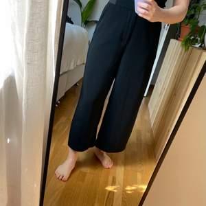 Ett par vida, croppade, svarta byxor från Only. Väldigt skönt material nu framåt vår/sommar! 🌸 Storlek 36, längd 32. Jag är 160cm för referens! 🌿 Köparen står för frakten!