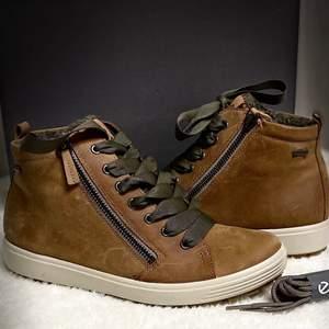 Oanvänd kängor från Ecco är i läder  kan även användas till vintern, Färg brun,ingår extra skosnöre till skorna. Frakt ingår