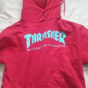 Säljer nu min röda thrasher hoodie som fått mycket kärlek av mig. Köpt på zumiez för 3 år sen, men har fortfarande mycket att ge. Lite slitage på snören. Annars schysst condition. STRL MEDIUM. Köpare står för frakten.