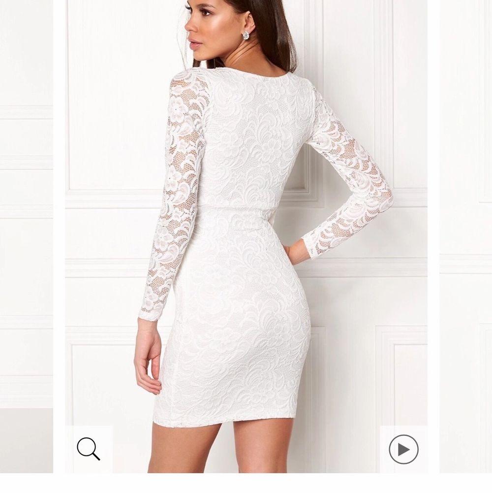 """Hej! Jag söker denna klänning från Bubbleroom som heter """"Marta Lace Dress White"""" i storlek M, skicka meddelande om du eller någon du känner har denna och kan tänka sig sälja den. Den är slutsåld överallt och jag vill så gärna ha denna på min student. . Klänningar."""