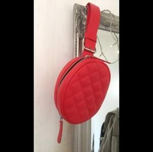 Säljer den här röda bun bagen ifrån Monki i väldigt bra skick då jag endast använt den en gång, frakt tillkommer🥰