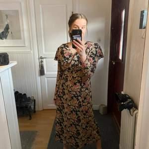 Underbar somrig vintageklänning med fina detaljer. Ca 125 cm från axel och ned . Strl 40/medium. Tunt härligt material.