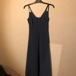 Midikläning i marinblå färg, använd ca 1 gång. Ursprungligt pris: 478 kr