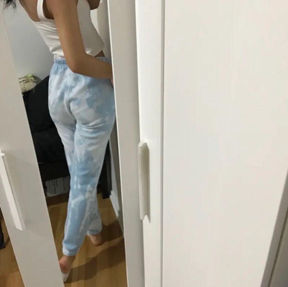 Väldigt fint skick! Spårbar frakt på 66kr, Samfraktar gärna så kolla in mina andra annonser och se om du hittar något❤️💫✨🪐. Jeans & Byxor.