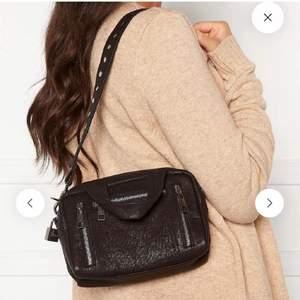 Mycket sparsam använd nunoo väska i äkta läder, nypris: 1399kr, rymlig för sin storlek och två olika axelremmar medföljer, frakt tillkommer💙