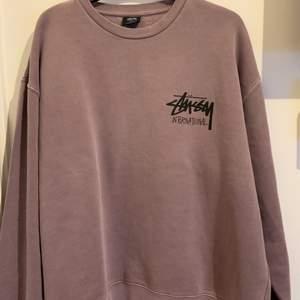 En väldigt fin och eftertraktad Stussy sweatshirt i strl L. Tröjan är helt ny och har original plasten kvar. Hör av er vid frågor eller fler bilder.