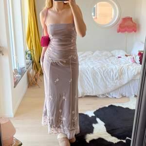 Så snygg klänning som skulle passa perfekt till Bal🤩 köpt secondhand och storlek M, visas på mig som är 176cm lång💖 finns även band till som man kan sätta på, bara att skriva för fler bilder på det eller något annat💖💖