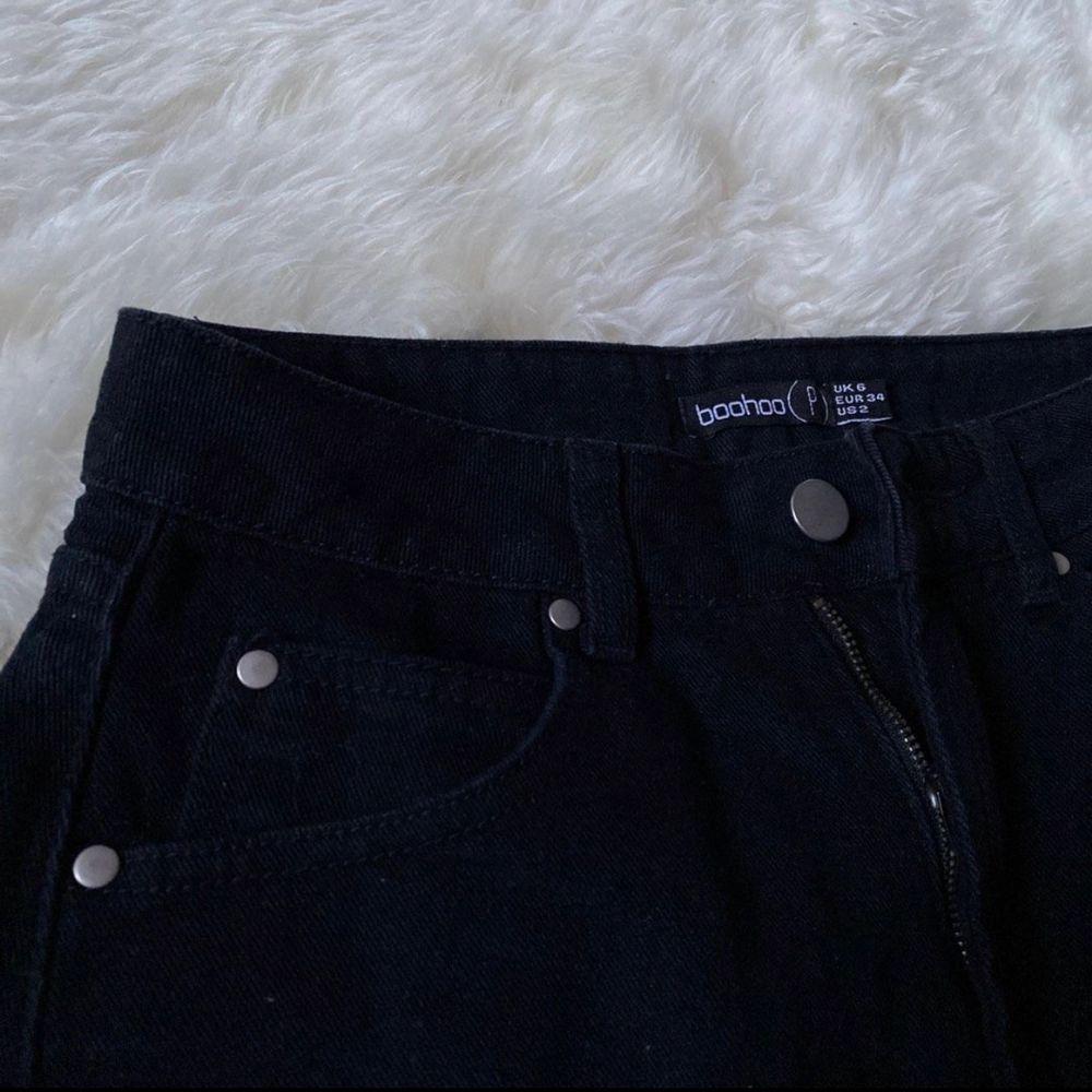 Säljer en helt oanvänd jeanskjol från Boohoo (modell petite) stl 34/XS. 100kr + frakt🥰. Kjolar.