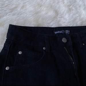 Säljer en helt oanvänd jeanskjol från Boohoo (modell petite) stl 34/XS. 100kr + frakt🥰