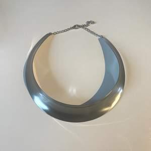"""Helt oanvänt """"silver"""" halsband. Tredje bilden visar hur halsbandet ser ut underifrån 📿"""