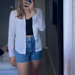 Säljer denna vita skjortan från Gina i stl 34 då den är lite liten!  Den är i fint skick och perfekt nu till sommaren☀️, 40kr+ frakt!!🤍 hör av dig vid fler frågor