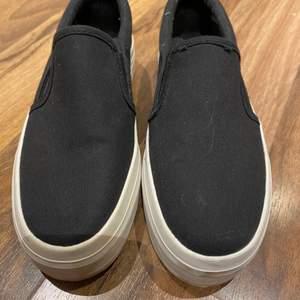 Svarta skor från attitude, använda någon enstaka gång. Köparen står för frakten.