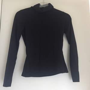 En svart basic långärmad tröja med turtle neck, strl 38. I ny skick och har aldrig använts.