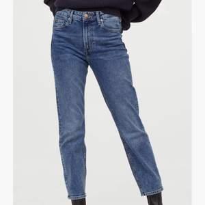 Jeans i bra skick från hm. Säljer då de ej kommer till användning. Storlek 36 men passar även mig som vanligtvis har 34, en aning stora i midjan dock. Hör gärna av er för mer frågor/bilder☺️
