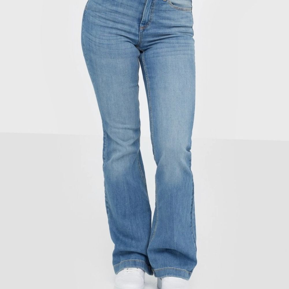 Säljer nu dessa super snygga jeans från Nelly. De är i väldigt bra skick då jag använt dom ca 7 gånger. Storlek 36 ( inte min bild ). Jeans & Byxor.