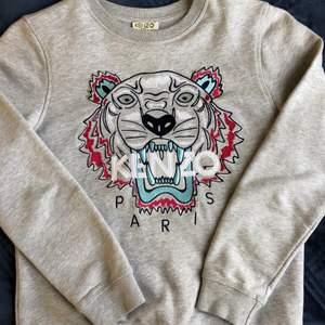 Grå kenzotröja köpt från barnavdelningen i NK. Har även kvitto. Säljer tröjan eftersom den är för liten för mig. Tröjan är i väldigt bra skick. Skriv till mig vid intresse🤍✨