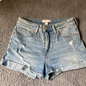 Jag säljer ett par Ripped Jeans Shorts i storlek 38 från H&M. Dem köptes i somras men är använda en eller två gånger. Dem är i bra skick och ser ut som dem gjorde när dem var nyköpta. Skriv i kommentarsfältet vid intresse! 🤍Kram