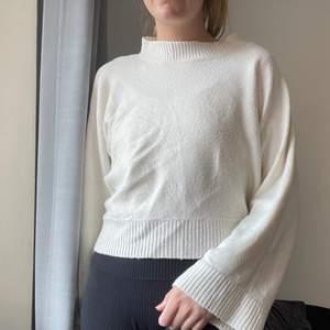 Stickad fin tröja med hög hals
