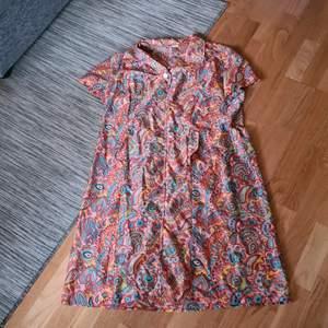 Hippie klänning från 70tal. Den har krage, fickor och knappar. Använd men i gott skick. Storlek 38. Bud från 100kr