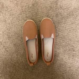 Säljer ett par helt oanvända rosa skor, de är i bra skick men jag de har inte kommit till användning, köparen betalar frakt💗