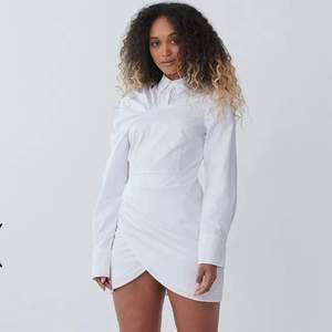 Säljer denna otroligt fina klänning från NAKD. Tänkte ha den till min student men valde en annan klänning. Den är i nyskick - aldrig använd. Nypris: 399. Hör av dig vid intresse eller om du har frågor!!! Priset går även att diskuteras <3