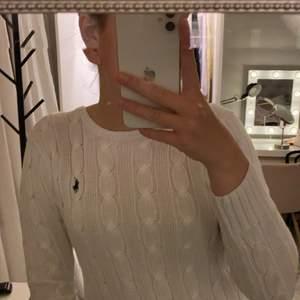 Kabelstickad polo ralph lauren tröja köpt på nk, superfin och i bra skick då den nästan aldrig är använd, helt äkta, frakten tillkommer!