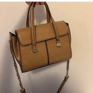 Beige väska från zara med orm/krokodil imitation. Rymlig, har  ett långt band och två korta. Silverdetaljer. I fint skick!!