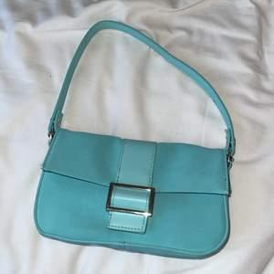 Baby blå väska, köpt för 179 kr och säljer den för 150 inklusive frakt.
