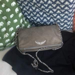 Super fin Zadig väska!!❤️❤️Säljer denna trendiga Zadig vsäka som tyvär gått sönder lite (sista bilden) men annars är den hel!💕hör av er vid intresse och frågor (pris kan diskuteras vid snabbäffer)