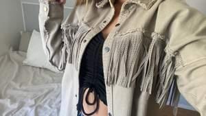 Säljer denna supersnygga jacka från Zara. Knappt använd och därmed i väldigt bra skick. Storlek XS men då den är oversized passar den även S och M.