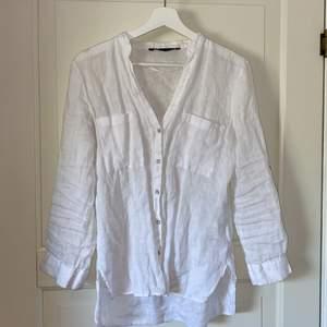 Vit linneskjorta från ZARA med silvriga knappar. Sparsamt använd💕